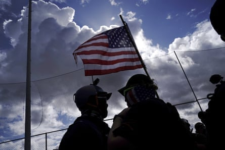 Un miembro de los Proud Boys, a la derecha, intenta que un contramanifestante abandone un mitin de Proud Boys en Portland en septiembre.