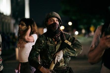 Un supuesto miliciano aparece del lado de los manifestantes y ofrece escoltas armados a un lugar seguro en Kenosha, Wisconsin, en agosto.