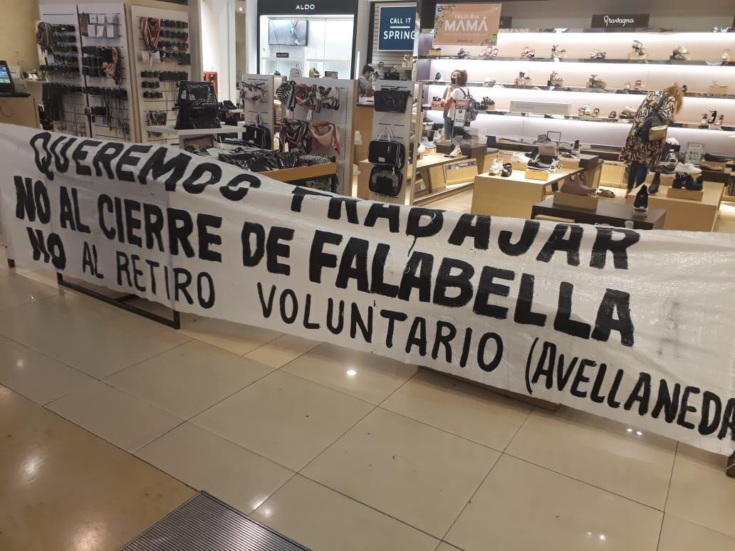 """Trabajadores de Falabella tomaron el local de la calle Florida, piden doble indemnización por """"despidos encubiertos"""""""