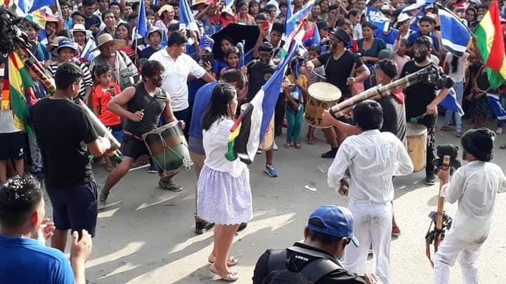 La imagen puede contener: una o varias personas, personas en el escenario, multitud y exterior