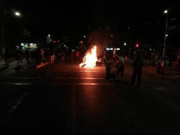 La imagen puede contener: una o varias personas, noche y fuego