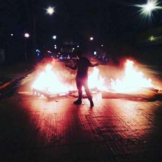 La imagen puede contener: noche y fuego