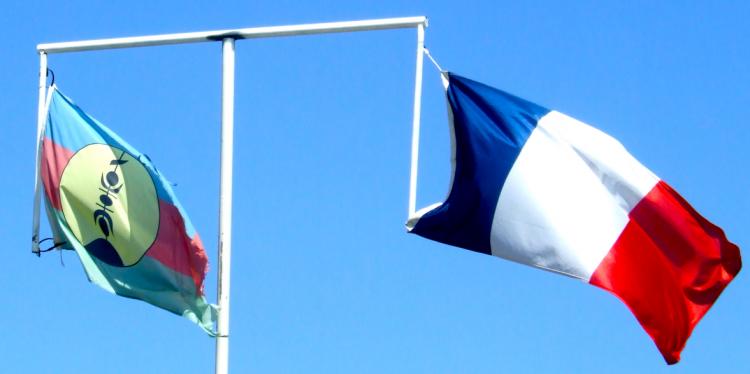 Banderas kanaky y francesa
