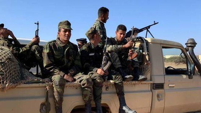 Soldados saharauis patrullan las 'zonas liberadas' próximas al muro de separación con Marruecos.