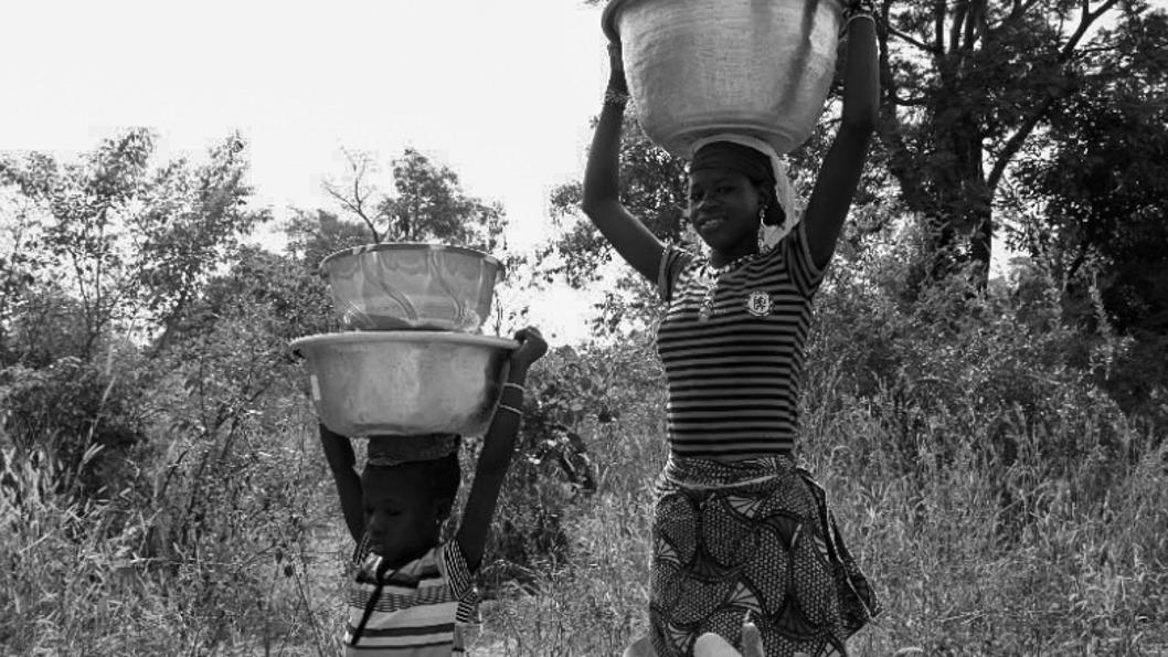 mujer-rural-recolección-agua-forestales-2.jpg