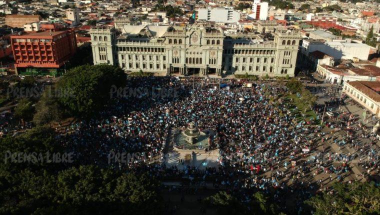 Manifestantes mostraron su inconformidad en la Plaza de la Constitución. Foto Prensa Libre: Carlos Hernánez.