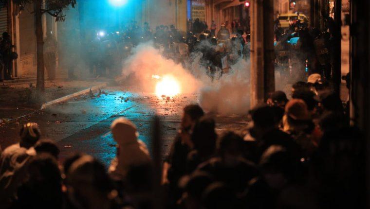 La Policía Nacional CIvil (PNC) lanzó bombas lacrimógenas a los manifestantes para disolverlos. Foto Prensa Libre: Carlos Hernánez.