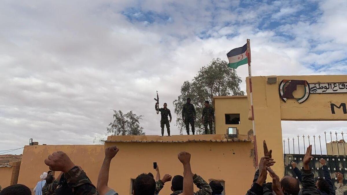 Simpatizantes del Frente Polisario responden a una arenga en uno de los campos de refugiados saharauis en Rabuni, Argelia, este viernes.