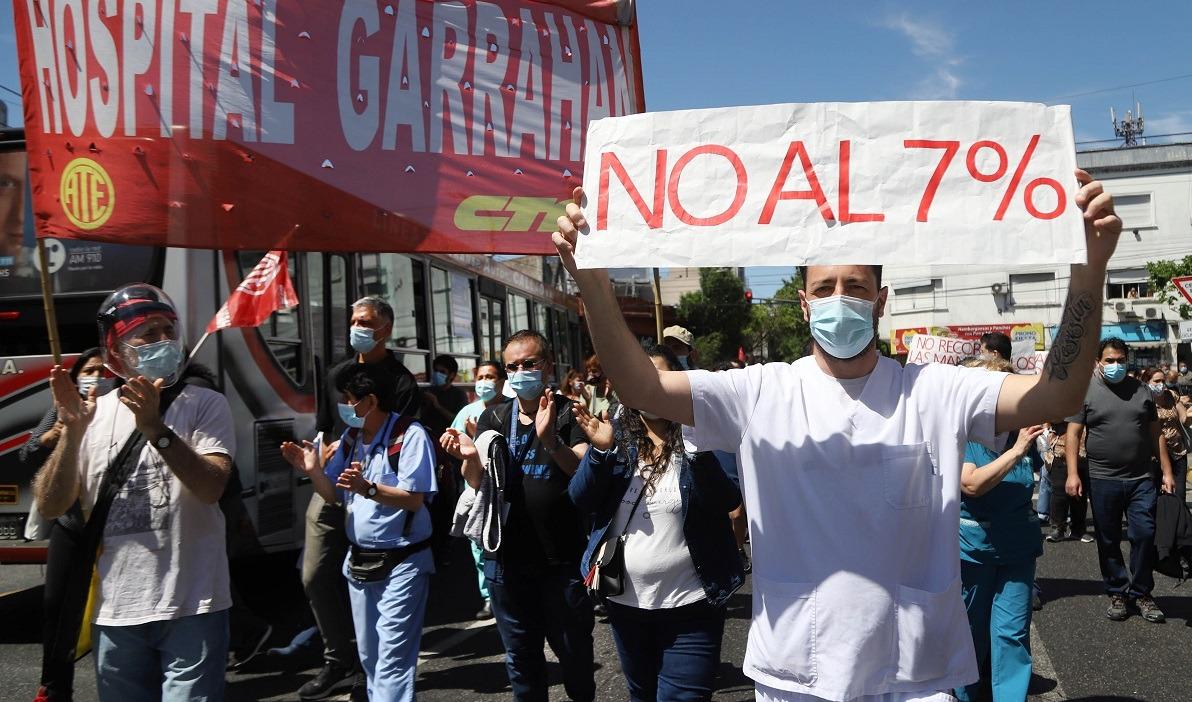 Profesionales del Garrahan van en caravana a Salud para rechazar el aumento salarial del 7%