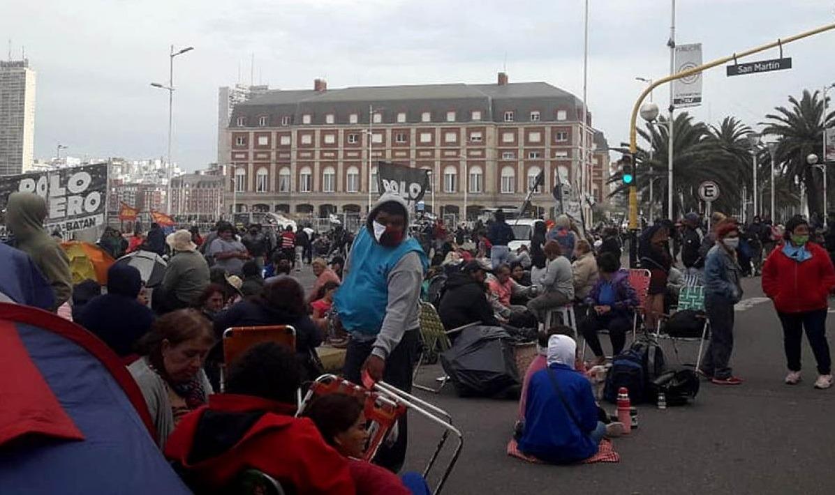 Organizaciones sociales acampan en la costa marplatense y piden empleo genuino