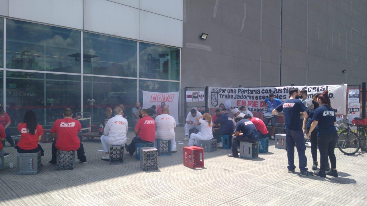 COTO se niega a reincorporar a los 26 despedidos por reclamar un bono y Comercio prepara bloqueos en todo el Oeste