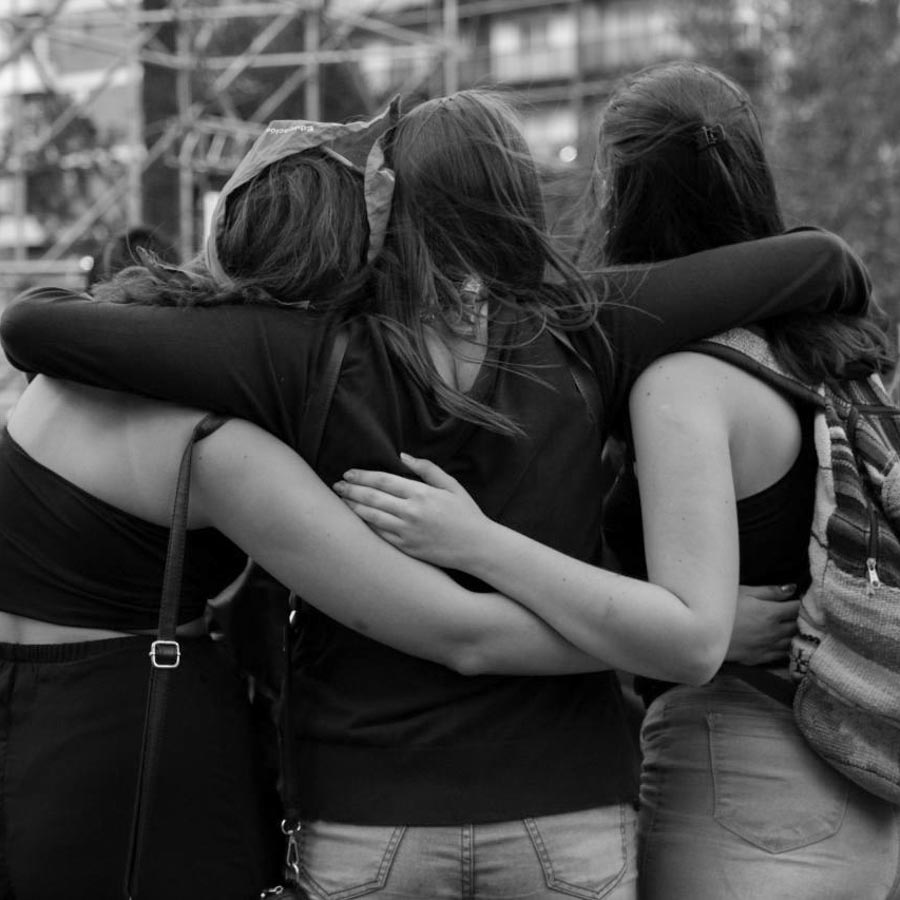 Abrazo-mujeres-amigas-aborto-feminismo-sororidad-la-tinta-2