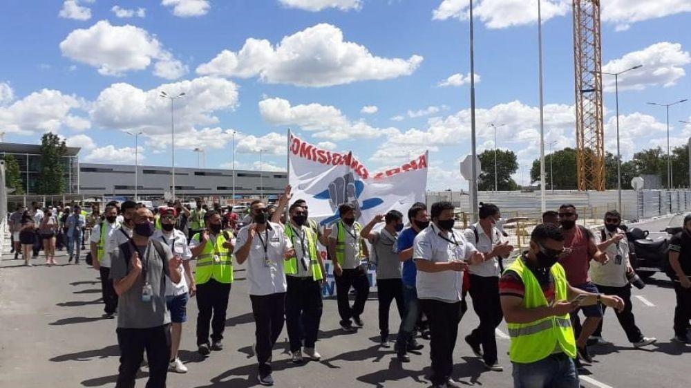 Tercerizados de Aerolíneas Argentinas reclaman el pago del aguinaldo y denuncian descuentos «ilegales»