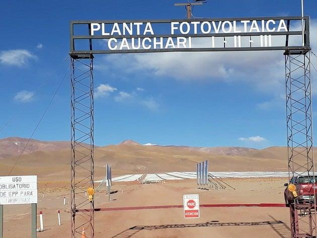 Al ingreso al Parque Solar de Cauchari se llega por un desolado camino de tierra de unos 40 kilómetros, en un desvío de la asfaltada ruta 52, que en la norteña provincia de Jujuy conduce hacia la frontera de Argentina con Chile. Técnicamente son tres parques, para soslayar que el plan bajo el que se hizo la licitación tenía un tope de 100 megavatios. Foto: Daniel Gutman/IPS