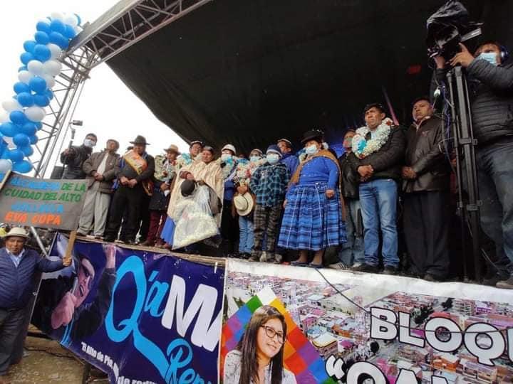 La imagen puede contener: 2 personas, personas en el escenario, personas de pie, multitud y exterior