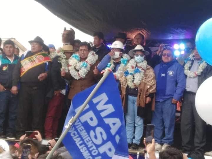 La imagen puede contener: 3 personas, personas de pie, personas en el escenario y sombrero