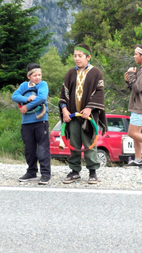 La imagen puede contener: 3 personas, personas de pie, calzado, niños, árbol, exterior y naturaleza