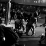 Chile. En una refriega contra Carabineros en Santiago, varixs jóvenes rescatan un detenido
