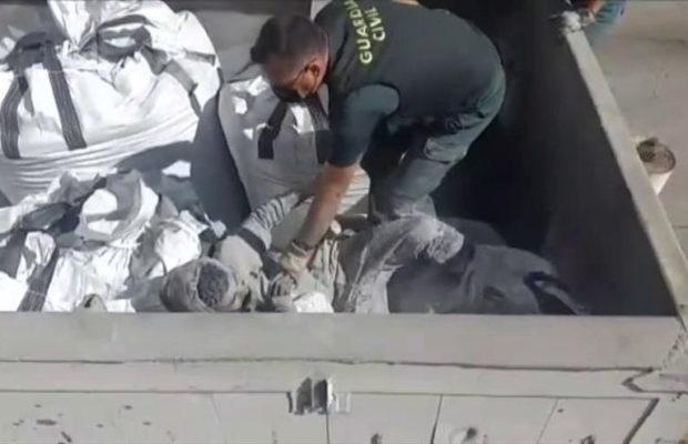 Estado Español. Rescatado en el puerto de Melilla un inmigrante enterrado dentro de un saco de cenizas tóxicas