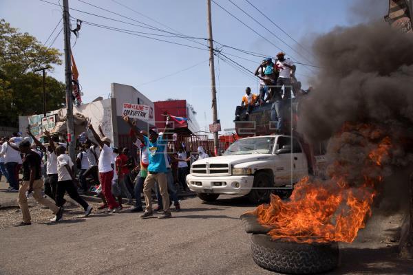 La oposición haitiana reúne una multitud contra Moise en una marcha con violencia
