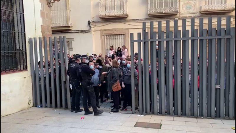 """Linares toma la calle contra la violencia policial y hace retroceder a la UIP """"¡Sin las placas no sois nada!"""" (vídeos)"""
