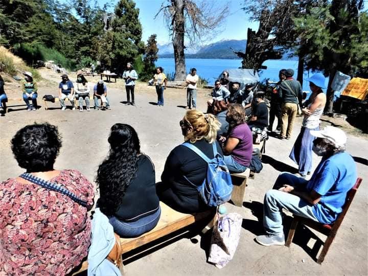 Puede ser una imagen de una o varias personas, personas de pie, personas sentadas, al aire libre y árbol