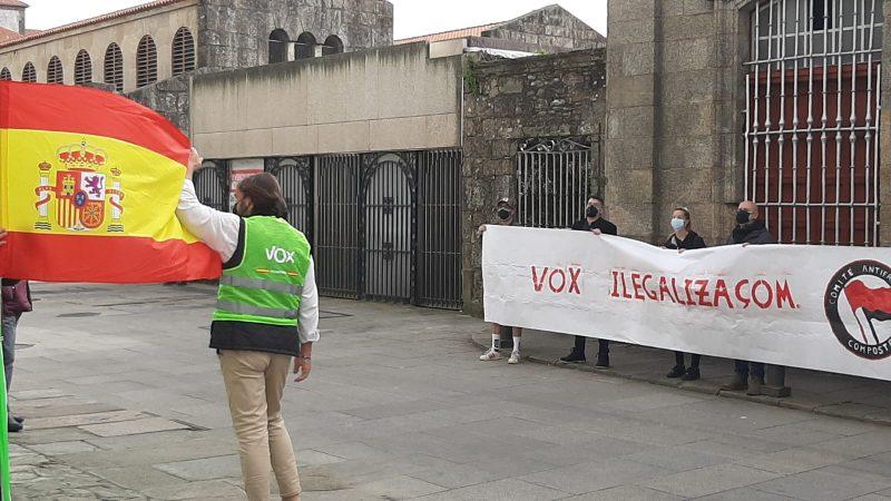 (Galiza) Antifascistas piden la ilegalización de la ultraderecha ante una carpa de Vox en Compostela