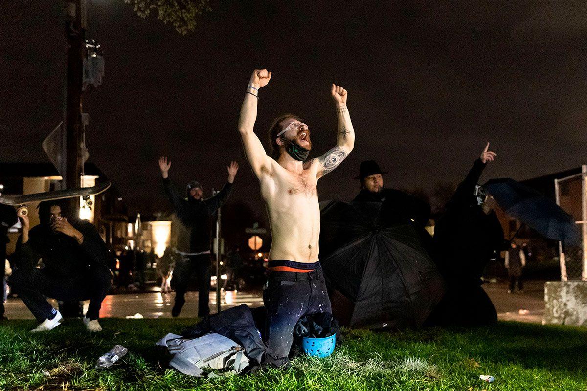 Continúan protestas por muerte de Daunte Wright en Minneapolis; manifestantes desafían toque de queda