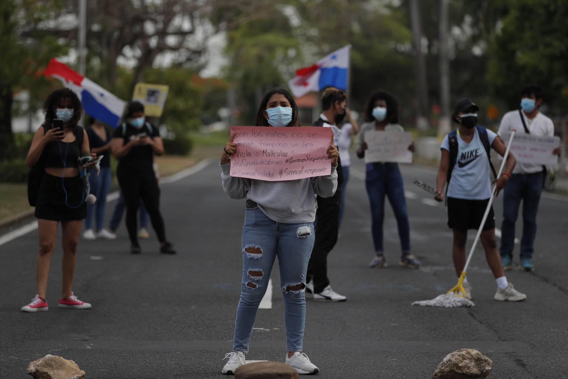 Panameños protestan frente a la Secretaría Nacional de Niñez, Adolescencia y Familia bloqueando la Avenida Balboa, una de las principales vías de Ciudad de Panamá, durante una manifestación contra la violencia y los abusos en los centros de acogida de menores, hoy en Ciudad de Panamá.