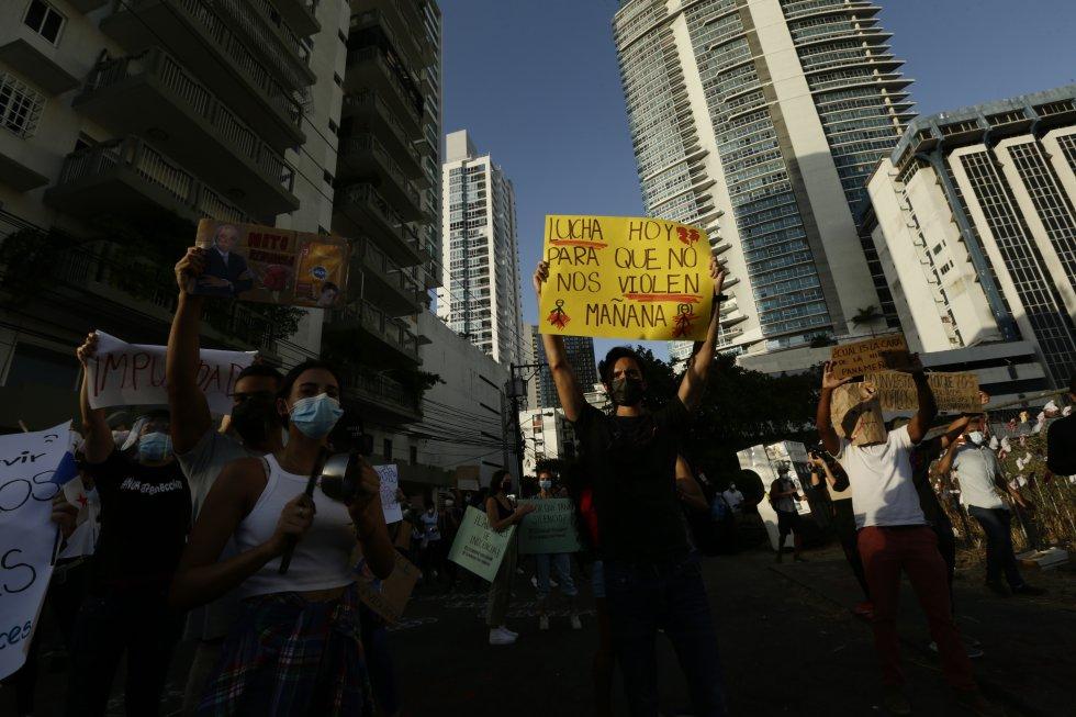 En febrero de 2021, cientos de personas exigieron a golpe de cacerolas y con pancartas que se investigaran a los involucrados en los abusos contra infantes y adolescentes.