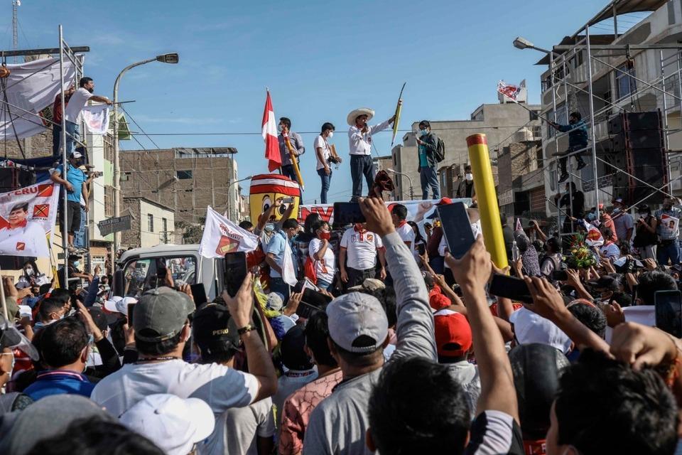 Castillo, de sombrero, le habla a la multitud durante un acto en Chiclayo, (Fuente: EFE)