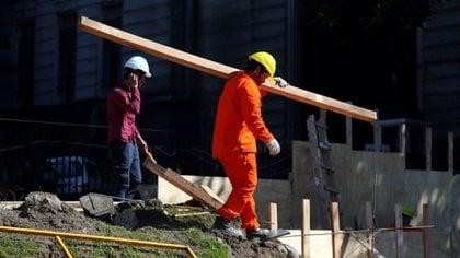 La construcción perdió casi 9% de su empleo registrado en el primer año de pandemia. REUTERS/Marcos Brindicci