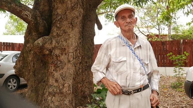 Hilario Sánchez, de 90 años, sobreviviente de la Masacre de El Mozote, ocurrida en diciembre de 1981 en El Salvador, durante un receso de una audiencia celebrada el 30 de abril en San Francisco Gotera. Sánchez escuchó a dos peritos internacionales determinar que el asesinato de unos mil pobladores, incluidos familiares suyos, fue parte de un operativo avalado por el Alto Mando castrense. Foto: Edgardo Ayala /IPS