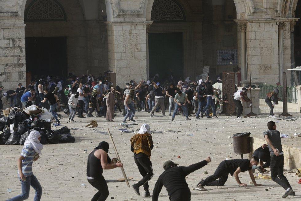 Más de 200 palestinos resultaron heridos este lunes en fuertes choques con la Policía israelí en la Explanada de las Mezquitas, tras días de disturbios en la urbe, que hoy marca otra jornada de tensión por la conmemoración israelí del Día de Jerusalén.