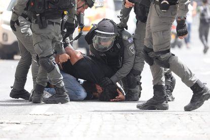 Policías detienen a un palestino en Jerusalén, este lunes.
