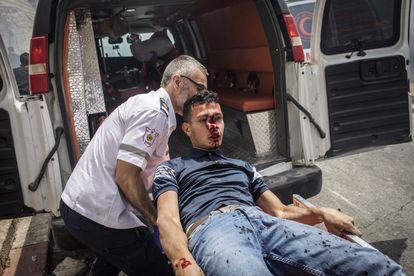 Un herido es trasladado en ambulancia en los alrededores de la mezquita de Al Aqsa, este lunes.