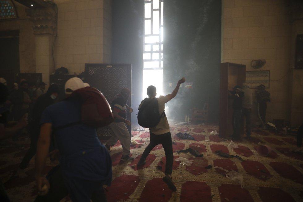 Varios palestinos se enfrentan con las fuerzas de seguridad en el complejo de la mezquita de Al Aqsa. Esta jornada es especialmente tensa por la conmemoración del Día de Jerusalén, en que los israelíes celebran lo que consideran la reunificación de la urbe en 1967, que para los palestinos supuso el inicio de la ocupación.