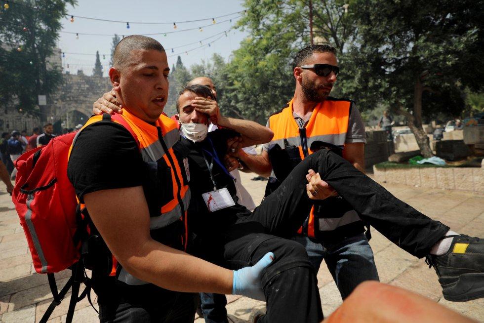 Un palestino herido es evacuado durante enfrentamientos con la policía israelí en el complejo que alberga la mezquita Al Aqsa.