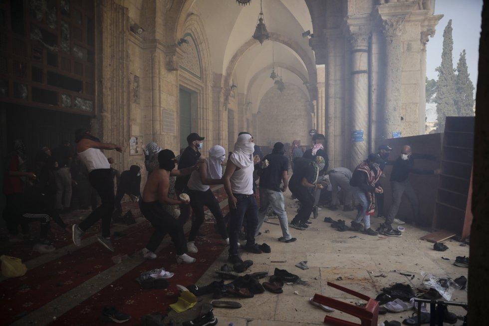 Un grupo de palestinos se enfrentan con las fuerzas de seguridad israelí en el interior del complejo de la mezquita de Al Aqsa. Entre los heridos, cuatro de ellos están en estado grave, detalló un portavoz de la Media Luna Roja.