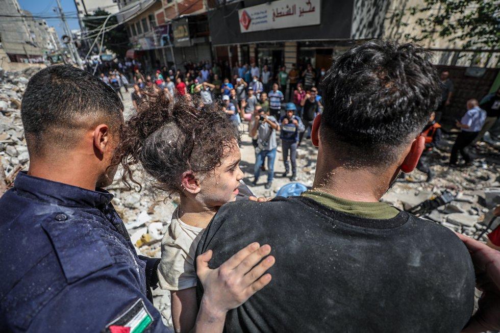 Una niña es rescatada entre los escombros de un edificio bombardeado en la ciudad de Gaza, este domingo. Al menos 33 personas, entre ellas 10 mujeres y 13 niños, han muerto en Gaza, a unas horas de que se celebre una reunión del Consejo de Seguridad de la ONU, en el ataque más letal lanzado por Israel desde el inicio de las hostilidades el pasado lunes, según informa el Ministerio de Sanidad palestino.