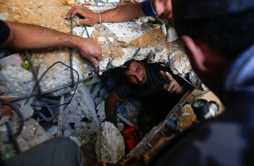 Personal de rescate buscan supervivientes entre los escombros de un edificio en Gaza, este domingo. El papa Francisco ha pedido el fin de los combates en el día, en que está prevista una reunión del Consejo de Seguridad de la ONU para abordar la situación en Israel y Palestina.