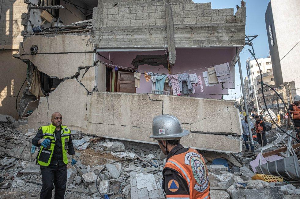 Edificio colapsado en Gaza tras el bombardeo de este domingo. La escalada bélica se ha cobrado ya la vida de al menos 181 personas en Gaza (incluidos 52 niños y 31 mujeres), y causado 1.200 heridos. También han fallecido otras 10 personas en Israel (entre ellos dos menores), y otras 200 han resultado heridas.