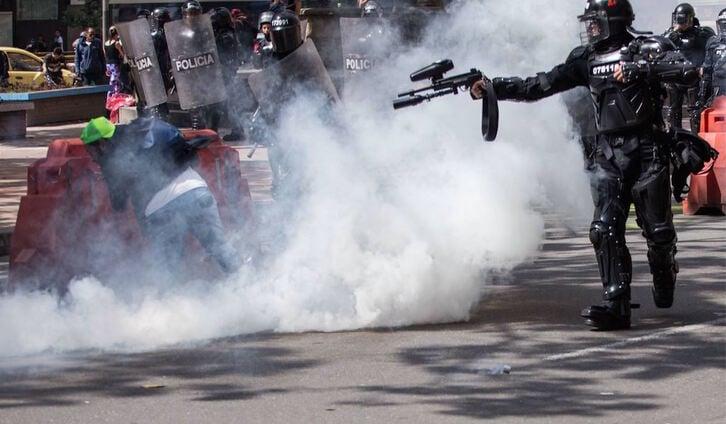 Un policía dispara su arma contra un manifestante, al que desfiguró el rostro. (@SandraComunes)
