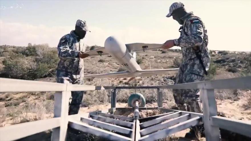Los combatientes del brazo armado de HAMAS preparando un dron en la Franja de Gaza para atacar las posiciones israelíes.