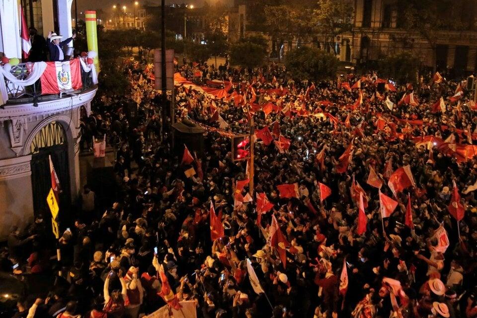 Pedro Castillo saluda a sus seguidores mientras se esperan los resultados electorales el lunes. (Fuente: EFE)