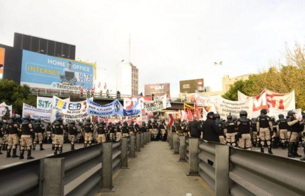 Argentina. A pesar del intento represivo, se impuso un fuerte corte de ocupadxs y desocupadxs sobre el Puente Pueyrredón