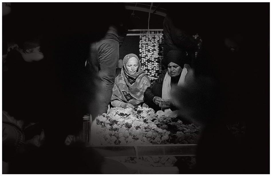 Una mujer decora un palki sahib, una estructura religiosa Sikh en la frontera entre Singhu y Delhi, 31 de diciembre de 2020.