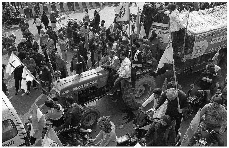 Un contingente de tractores en la carretera GT Karnal rompe las barricadas y entra en Delhi, iniciando un enfrentamiento entre lxs manifestantes y la policía, 26 de enero de 2021.