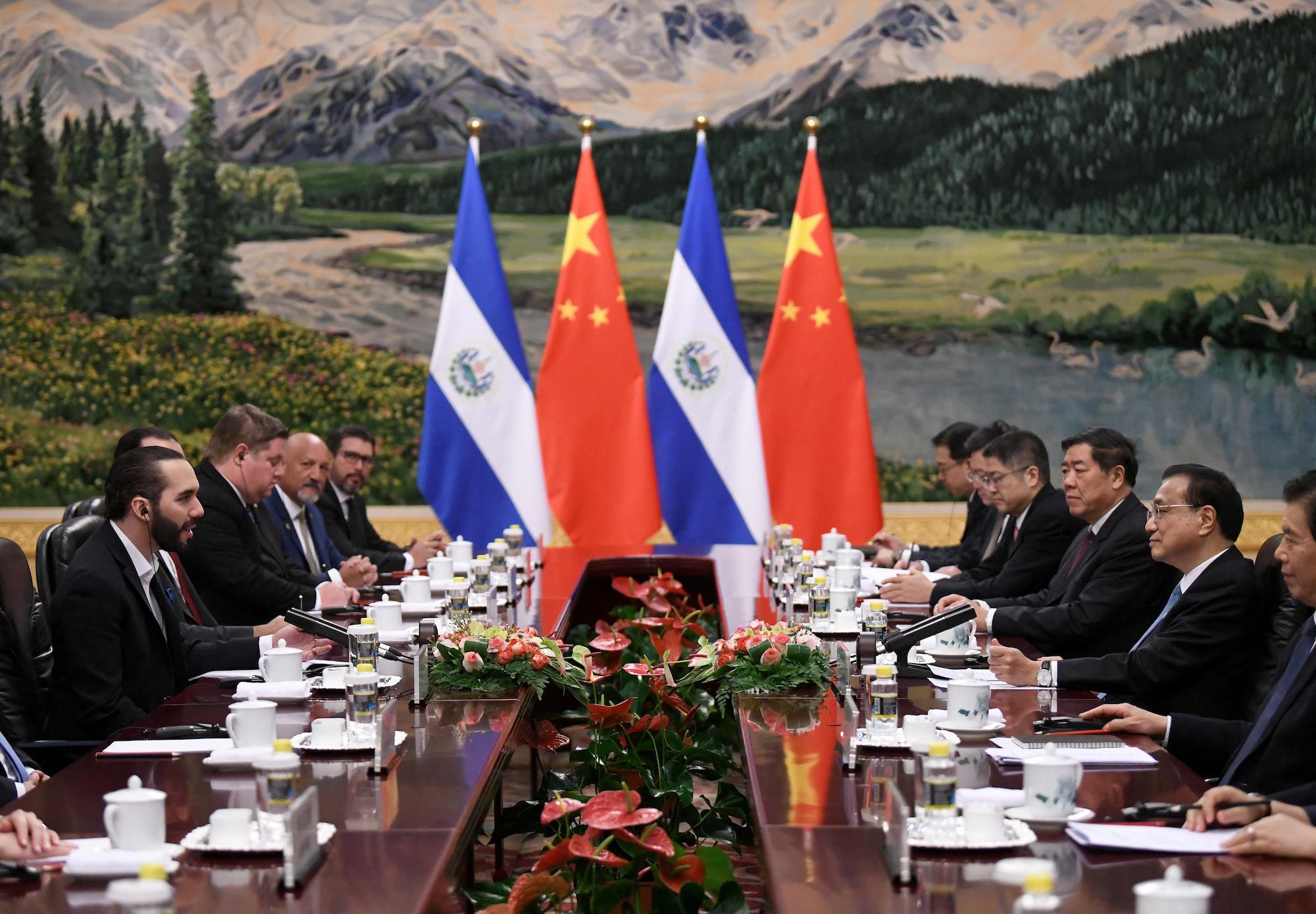 El presidente de El Salvadorís Nayib Bukele se reúne con el Primer Ministro chino Li Keqiang, en el gran salón del pueblo en Pekín, en diciembre 2019. (Foto Noel CELIS / POOL / AFP)