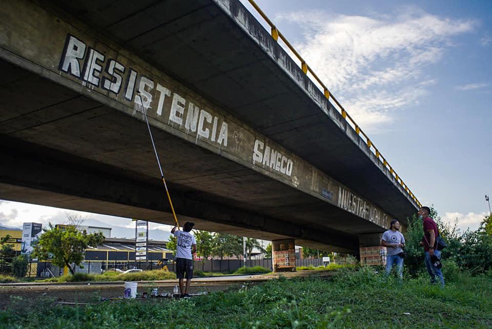 Puede ser una imagen de una o varias personas y puente